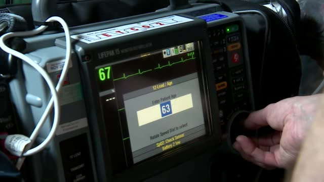 vidéos et rushes de elderly man having his pulse taken by paramedic in his home in lincolnshire - rythme cardiaque