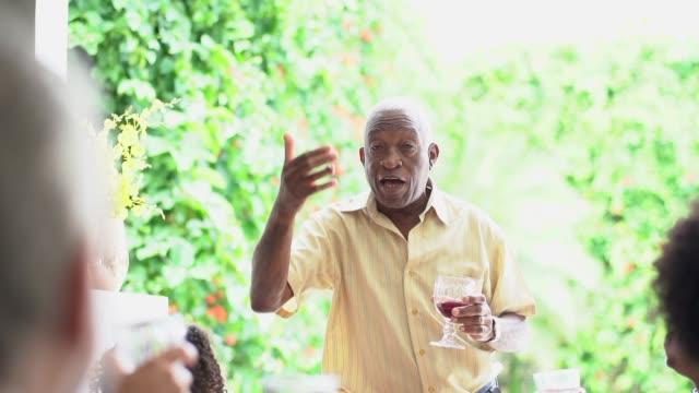 vídeos de stock, filmes e b-roll de homem idoso que faz o discurso no pequeno almoço da família - speech