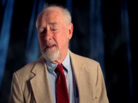 vídeos y material grabado en eventos de stock de elderly man posing - traje corbata