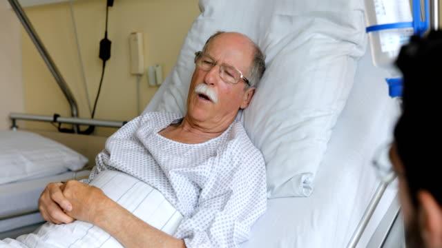 vidéos et rushes de patient âgé parlant avec un personnel d'hôpital - infirmier