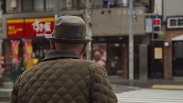 vídeos de stock, filmes e b-roll de elderly pedestrian - japan - cruzar