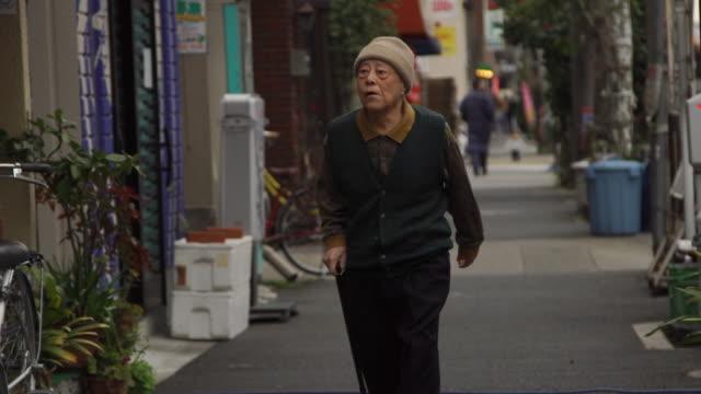 elderly pedestrian - japan - pedone ruolo dell'uomo video stock e b–roll