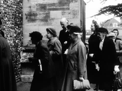 vídeos y material grabado en eventos de stock de elderly people arrive at st albans abbey for the traditional maundy service 1957 rota - semana santa