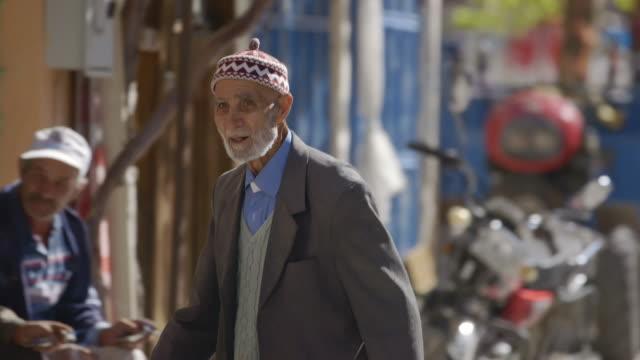 vídeos y material grabado en eventos de stock de elderly people in a small turkish town - turquía