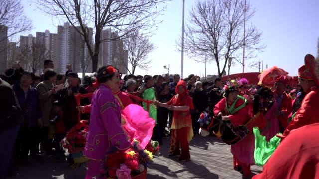 vídeos de stock e filmes b-roll de elderly people performance yangko dance on a temple fair. to celebrate the birthday of buddha. the folk arts of yangge dance are listed as chinese... - dança quadrada