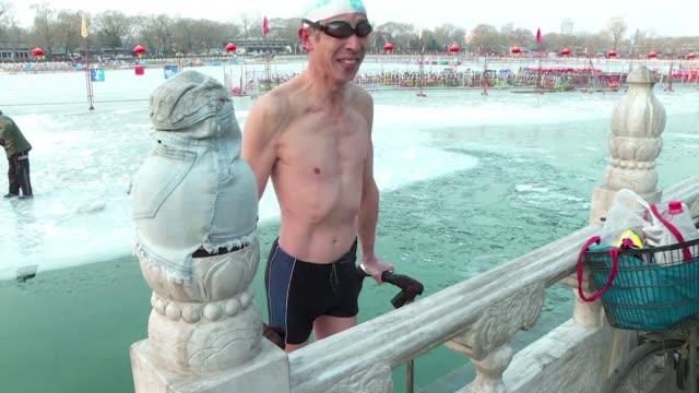 vídeos y material grabado en eventos de stock de elderly winter swimmers brave below freezing temperatures in china's capital claiming the icy waters are the secret behind good health - noreste de china
