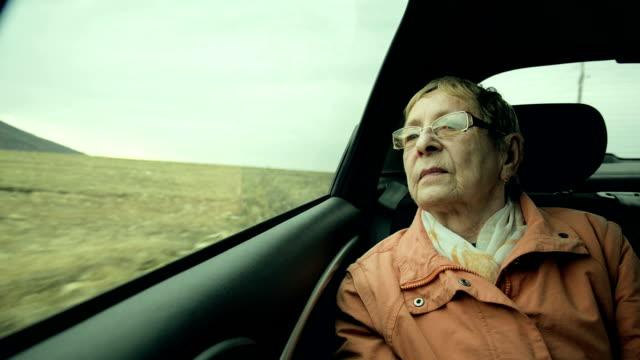 Ältere Frau, die die Aussicht genießen