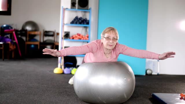 Ältere Frau, die Ausübung auf Fitness-ball