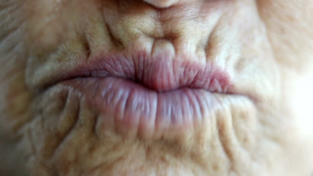 ältere frau geben küsse an die kamera - zahnpflege stock-videos und b-roll-filmmaterial