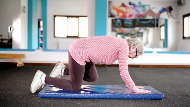 Ältere Frau im Fitness-Studio