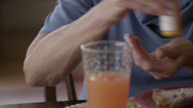 vidéos et rushes de elderly woman taking pills. - boire