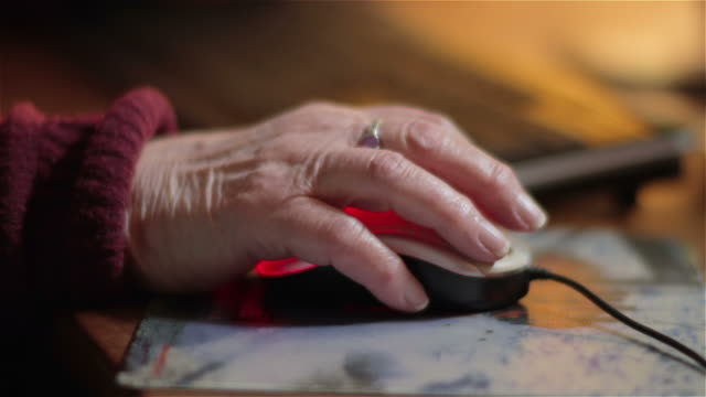 stockvideo's en b-roll-footage met elderly woman using a computer mouse - computermuis