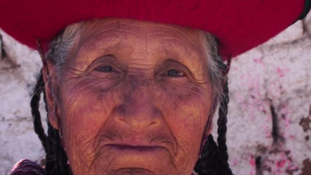 donna anziana che indossa il cappello tradizionale a chinchero, perù - america del sud video stock e b–roll