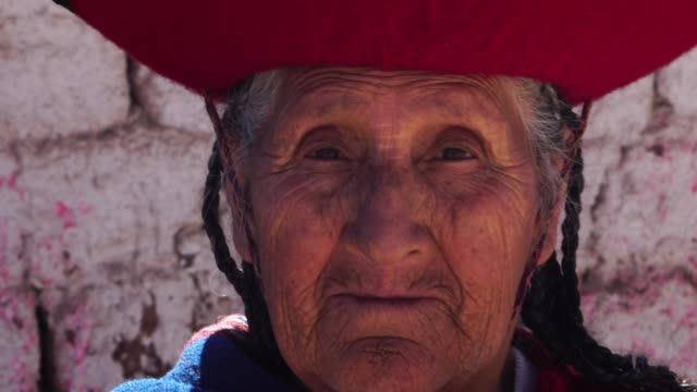 ältere frau, die traditionellen hut in chinchero, peru - stamm stock-videos und b-roll-filmmaterial