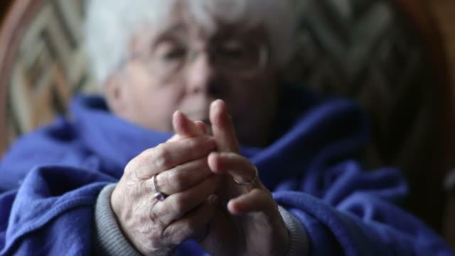 vídeos y material grabado en eventos de stock de mujer de edad avanzada con artritis - sillón