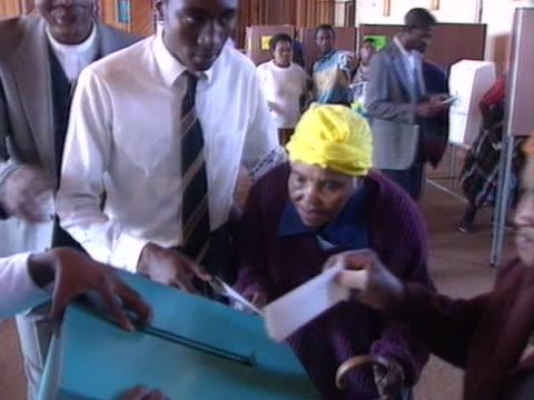 elderly women cast their votes during the first free general election in south africa. - röstsedel bildbanksvideor och videomaterial från bakom kulisserna