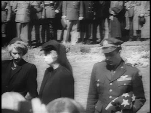 vídeos de stock e filmes b-roll de eleanor roosevelt family leave gravesite / fdr's funeral / hyde park ny / newsreel - primeira dama