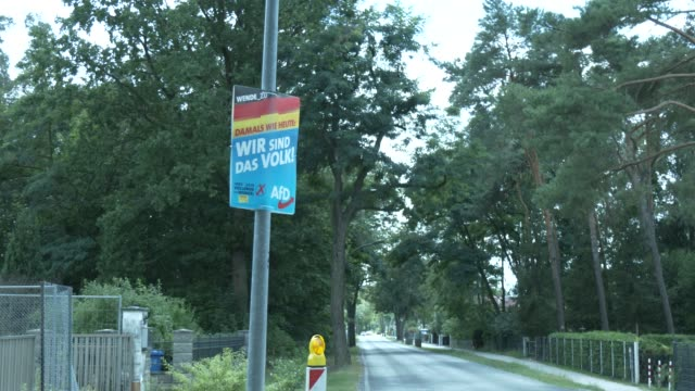 """election campaign billboards of the right-wing alternative for germany with the inscription: """"wende_ 2.0. damals wie heute. wir sind das volk!... - 西ドイツ点の映像素材/bロール"""