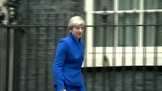 vídeos de stock, filmes e b-roll de election fallout / brexit: lord rose interview; 9.6.2017 downing street: ext theresa may mp from number 10 and into car - accompanied by her husband... - number 9