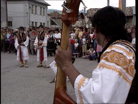 stockvideo's en b-roll-footage met election location ms side man playing instrument in traditional costume cms man playing violin in traditional costume bv man playing bass as others... - tsjechië