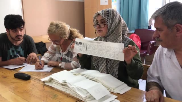 vidéos et rushes de election officials count ballots at polling stations after voting ended for turkey's doover local poll to elect a new mayor for istanbul on june 23... - maire