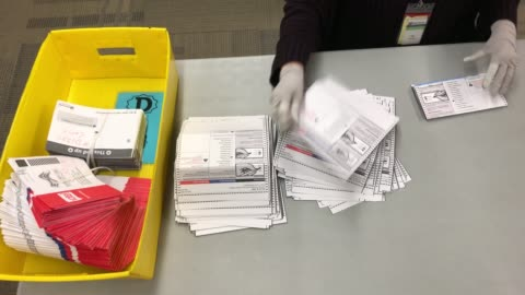 vidéos et rushes de election worker wearing protective gloves sort through mailed-in ballots at the king county elections ballot processing center on march 09, 2020 in... - bulletin de vote