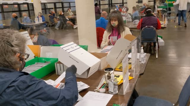 vídeos y material grabado en eventos de stock de election workers sort returned ballots at the multnomah county elections office on november 2, 2020 in portland, oregon. oregon's voting system... - portland oregón