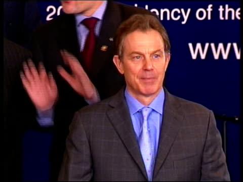 polls close across europe:; itn lib lib ???: robert kilroy-silk campaigning on uk independence party election bus lib irish republic: dublin: int... - ロバート・キルロイ=シルク点の映像素材/bロール