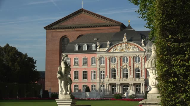 electoral palace and basilica of constantine, trier, rhineland-palatinate, germany, europe - figura femminile video stock e b–roll