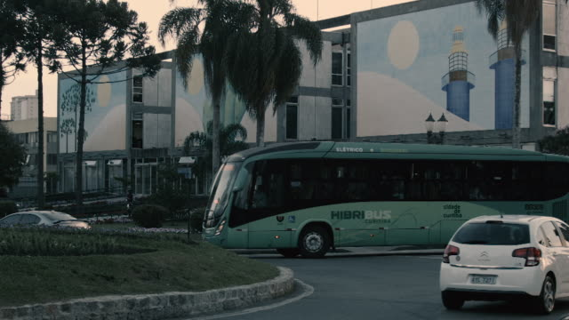 stockvideo's en b-roll-footage met electric bus, hibribus, curitiba, brazil - dubbeldekker bus