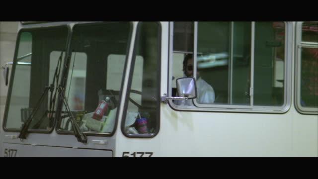 stockvideo's en b-roll-footage met ws pan electric bus pulling up in station - breedbeeldformaat