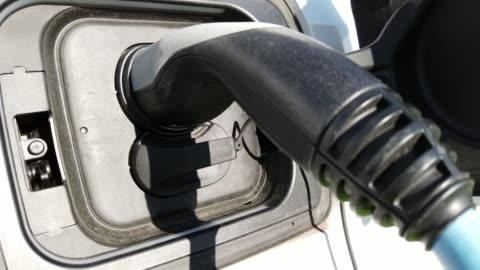 vídeos y material grabado en eventos de stock de coche eléctrico en la estación de carga - coche eléctrico coche alternativo