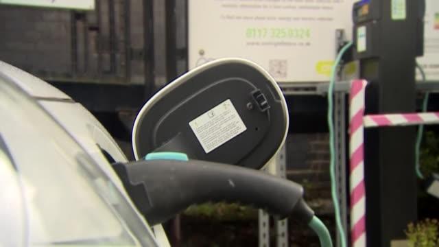 vídeos de stock, filmes e b-roll de electric car being charged at solar energy charging point - carregamento eletricidade