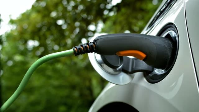 vídeos y material grabado en eventos de stock de hd: coche eléctrico se cobra - power line