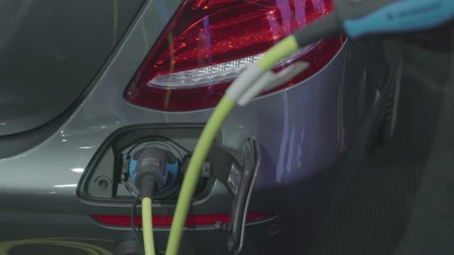 vídeos de stock, filmes e b-roll de carro elétrico de carregamento uma potência na estação de poder - carregamento eletricidade