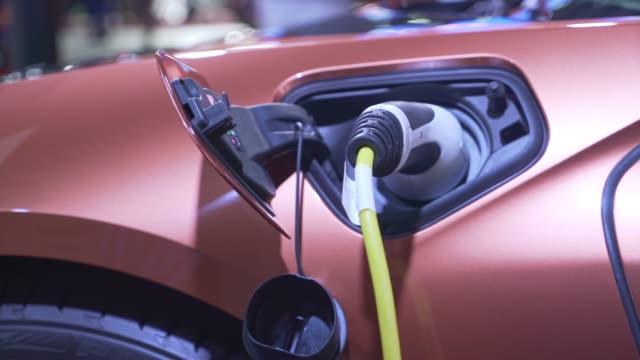 kraftstoff für elektroautos im kraftwerk - fuel and power generation stock-videos und b-roll-filmmaterial