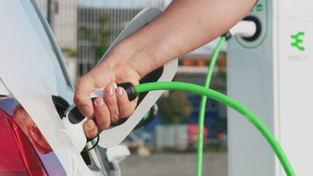 laden von elektroautos - electrical equipment stock-videos und b-roll-filmmaterial