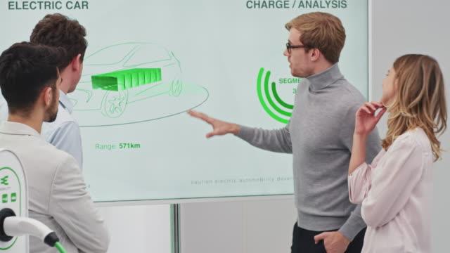 stockvideo's en b-roll-footage met bijeenkomst voor de ontwikkeling van elektrische auto's - ingenieurswerk