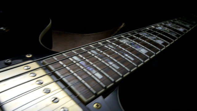 stockvideo's en b-roll-footage met elektrische gitaar op zwarte achtergrond. tracking shot - koord