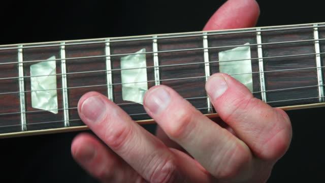 hd electric guitar solo close-up (4:2:2@100 mb/s) - künstlerische darbietungen stock videos & royalty-free footage