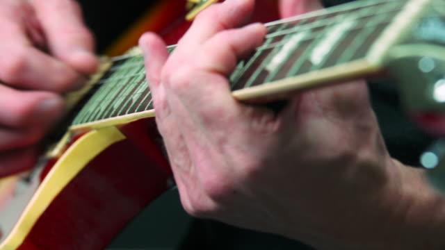 hd-e-gitarre solo nahaufnahme (4:2: 2 @100 mbit/s - moderne rockmusik stock-videos und b-roll-filmmaterial