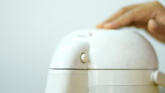 電気湯沸かし器 - ティーポット点の映像素材/bロール