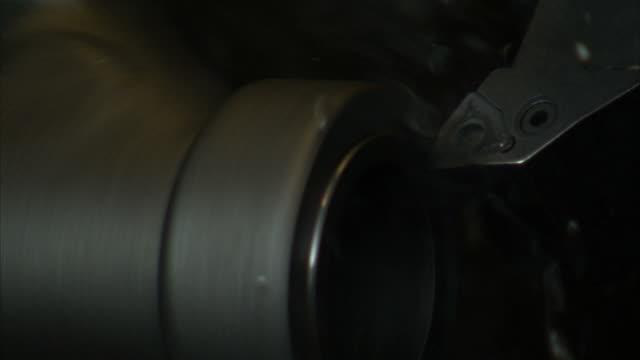 vídeos de stock e filmes b-roll de ecu electric metal lathe scraping off top layer of metal on pipe - trabalho de metal