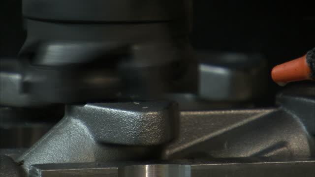 vídeos de stock e filmes b-roll de ecu selective focus electric metal lathe shaving top layer of piece of metal - trabalho de metal