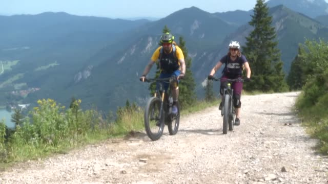 stockvideo's en b-roll-footage met electric mountain bikes are increasingly popular on the hiking trails of the bavarian alps but they're not to everyone's liking - bavarian alps
