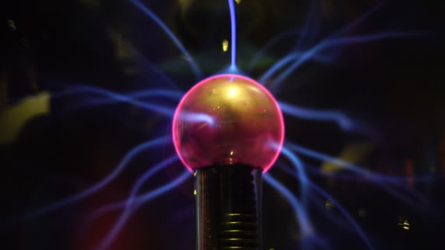 vídeos de stock e filmes b-roll de electric plasma sphere with lights - transformador tesla