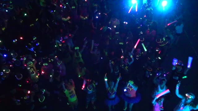 electric run high angle of start of fun and festive run nighttime - salmini 個影片檔及 b 捲影像