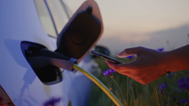 electric vehicle charging during sunset - mindre än 10 sekunder bildbanksvideor och videomaterial från bakom kulisserna