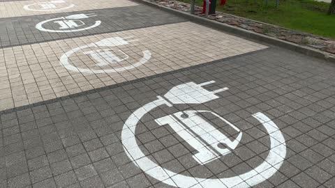vídeos y material grabado en eventos de stock de electric vehicle charging lot signs on pavement at parking lot - coche eléctrico coche alternativo
