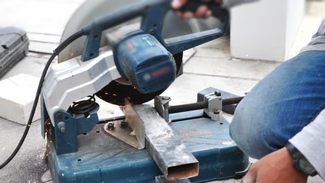vídeos de stock, filmes e b-roll de roda elétrica que moedura na estrutura de aço na fábrica - serra circular